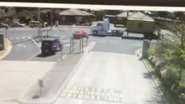 Article image for Truck runs red light and nearly takes out a turning car at Tullamarine