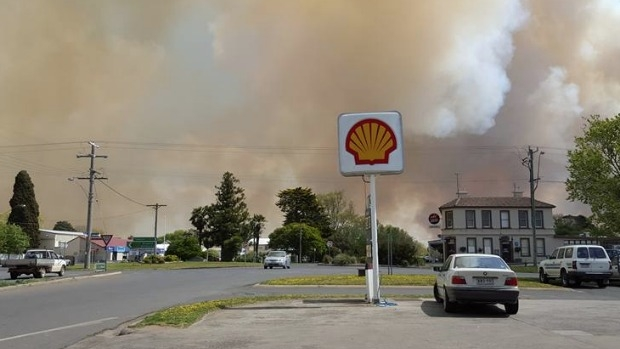 Article image for Emergency warning downgraded for Benloch area, crews continue to battle bushfire