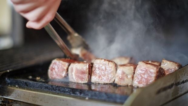 Article image for Men say they like cooking, survey suggests otherwise