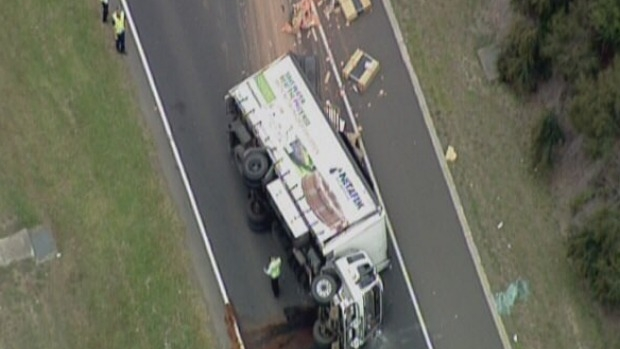Article image for Truck rollover shuts Monash Freeway