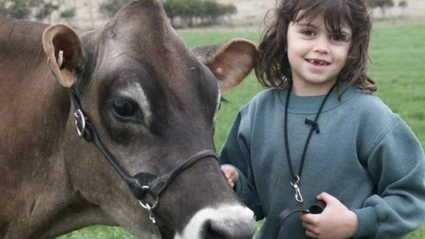 Article image for Teenage girl Chloe Scott starts petition to help dairy farmers