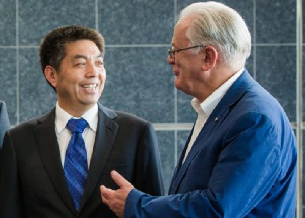 Article image for Tom Elliott thinks Andrew Robb's job has 'a slightly bad smell about it.'