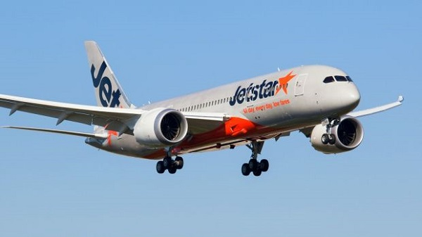 Article image for Mid-air scare: Jetstar plane turns back with window crack, lands in Melbourne