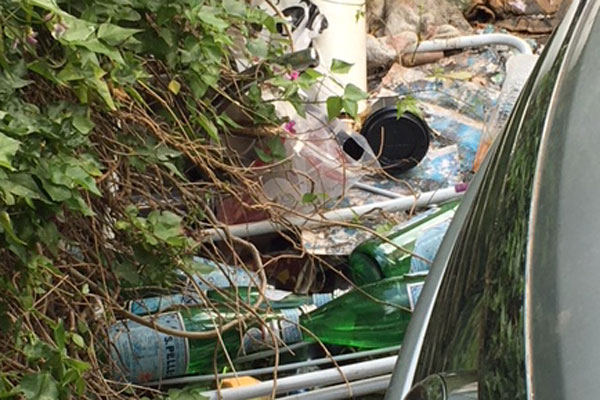 Article image for Inner city laneway becomes a 'filthy rubbish dump' with garbage, abandoned cars
