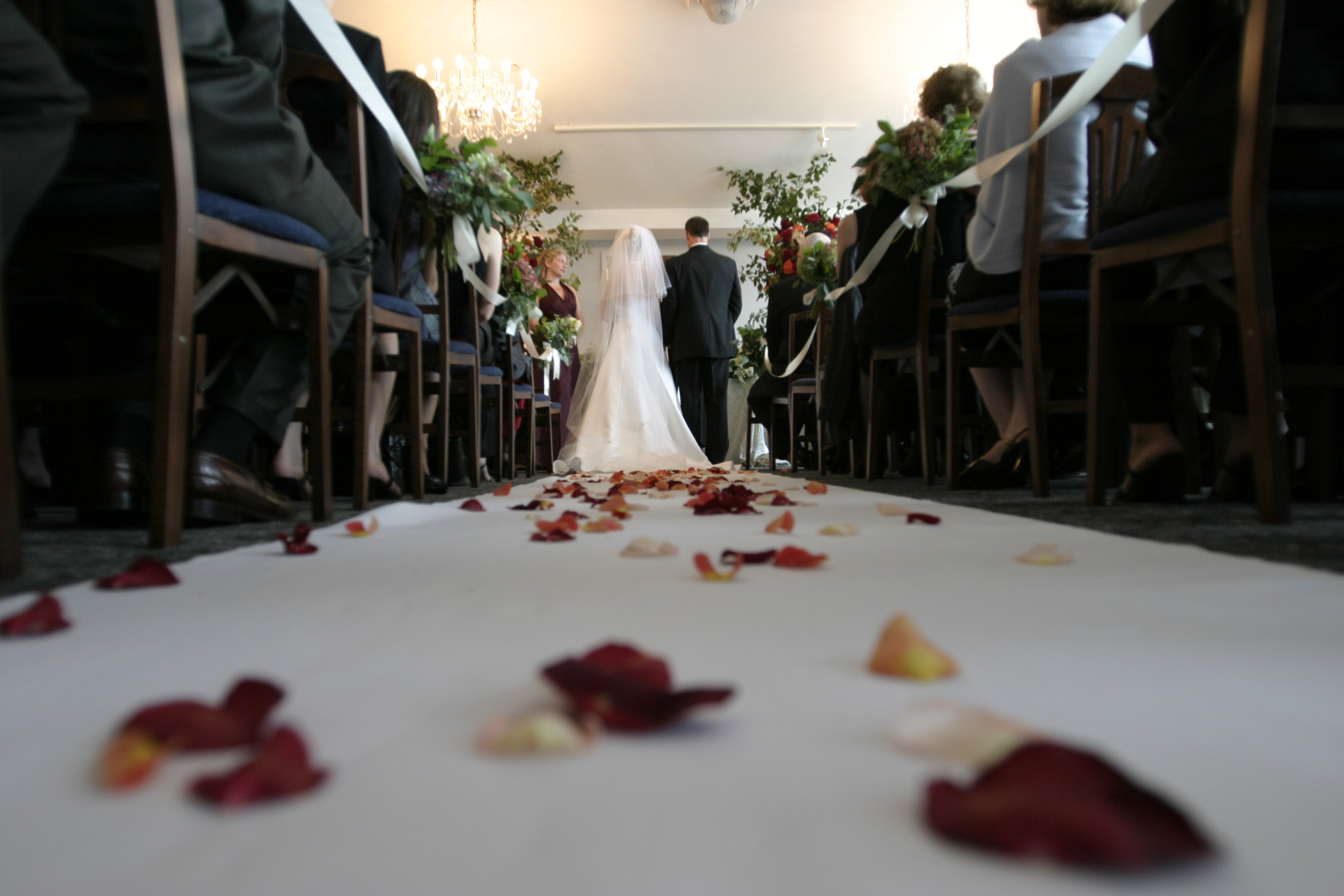 Article image for How much money should you give a couple on their wedding day?