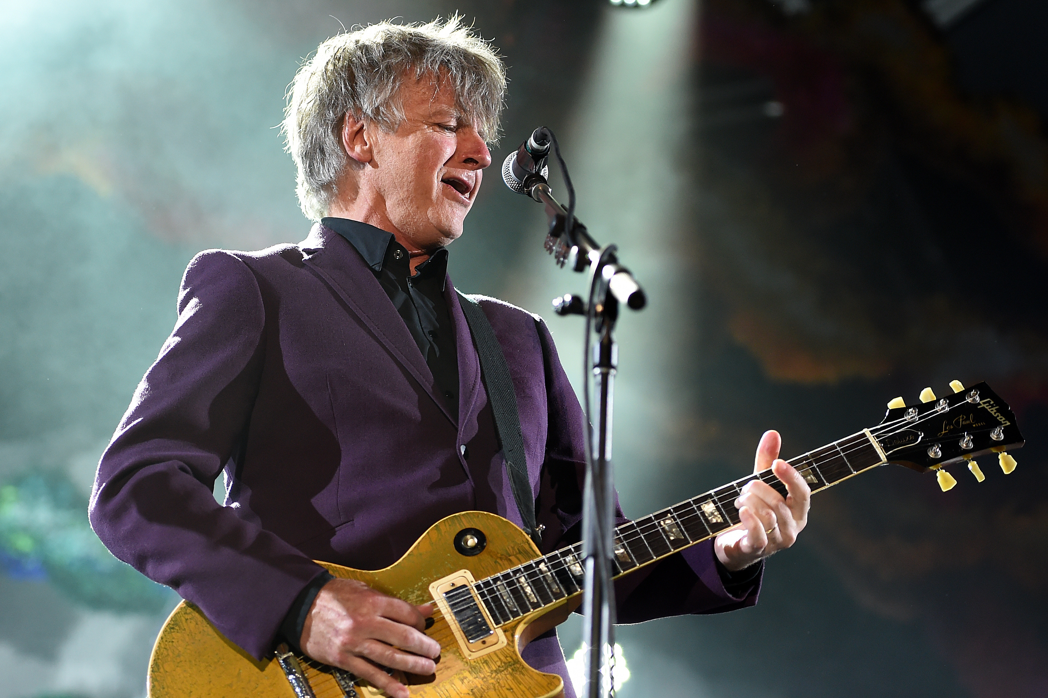 Article image for A Crowded House star has just replaced Lindsay Buckingham in Fleetwood Mac