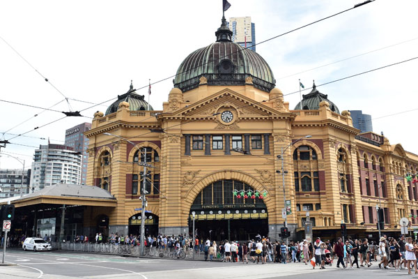 Article image for 'Sad to see them go': City commuters wave goodbye to Flinders St Station kiosks