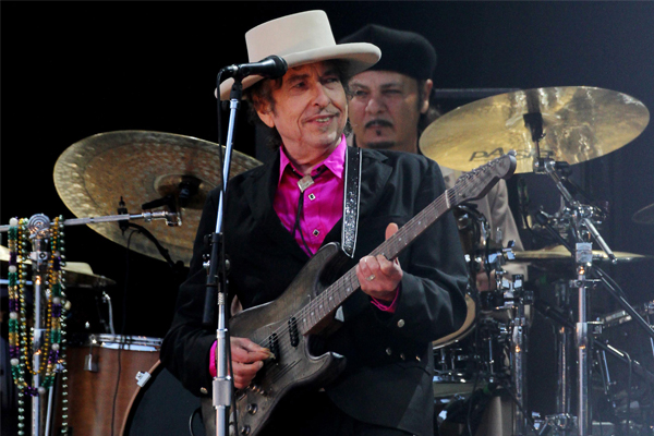 Article image for Bob Dylan minder chastises reviewer for using his phone
