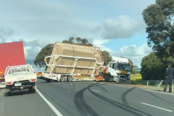 Article image for Truck jackknifes and loses its load on Hume Freeway