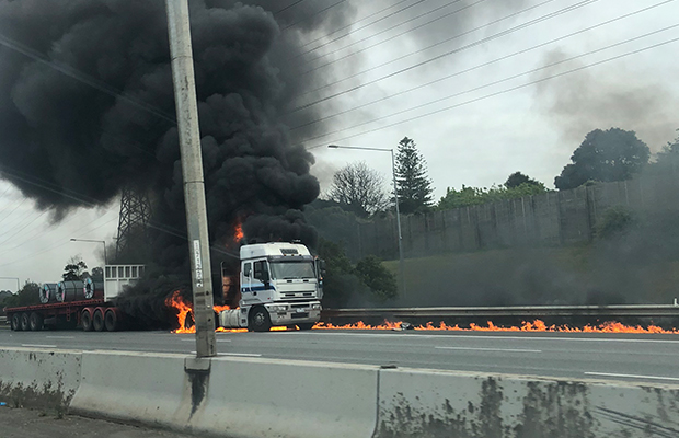 Article image for Massive truck blaze shuts Monash Freeway