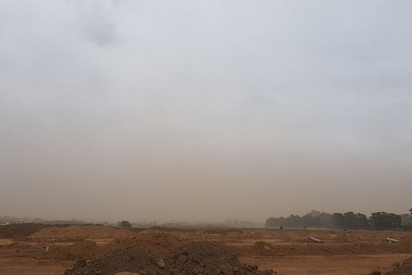 Article image for Strong winds whip up dust in Melbourne's west as health officials issue moderate thunderstorm asthma risk
