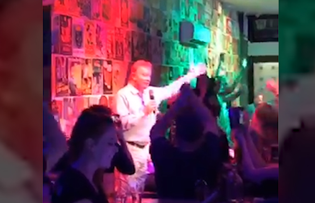 Article image for Video: Denis Walter steals the show with impromptu bar performance