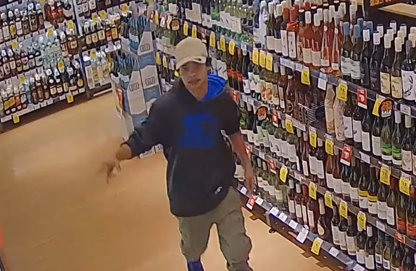 Article image for Hadfield supermarket attack: Police hunt for assailant who punched a man in the head