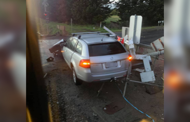 Article image for Commuter chaos after crash drivers exchange details on train tracks