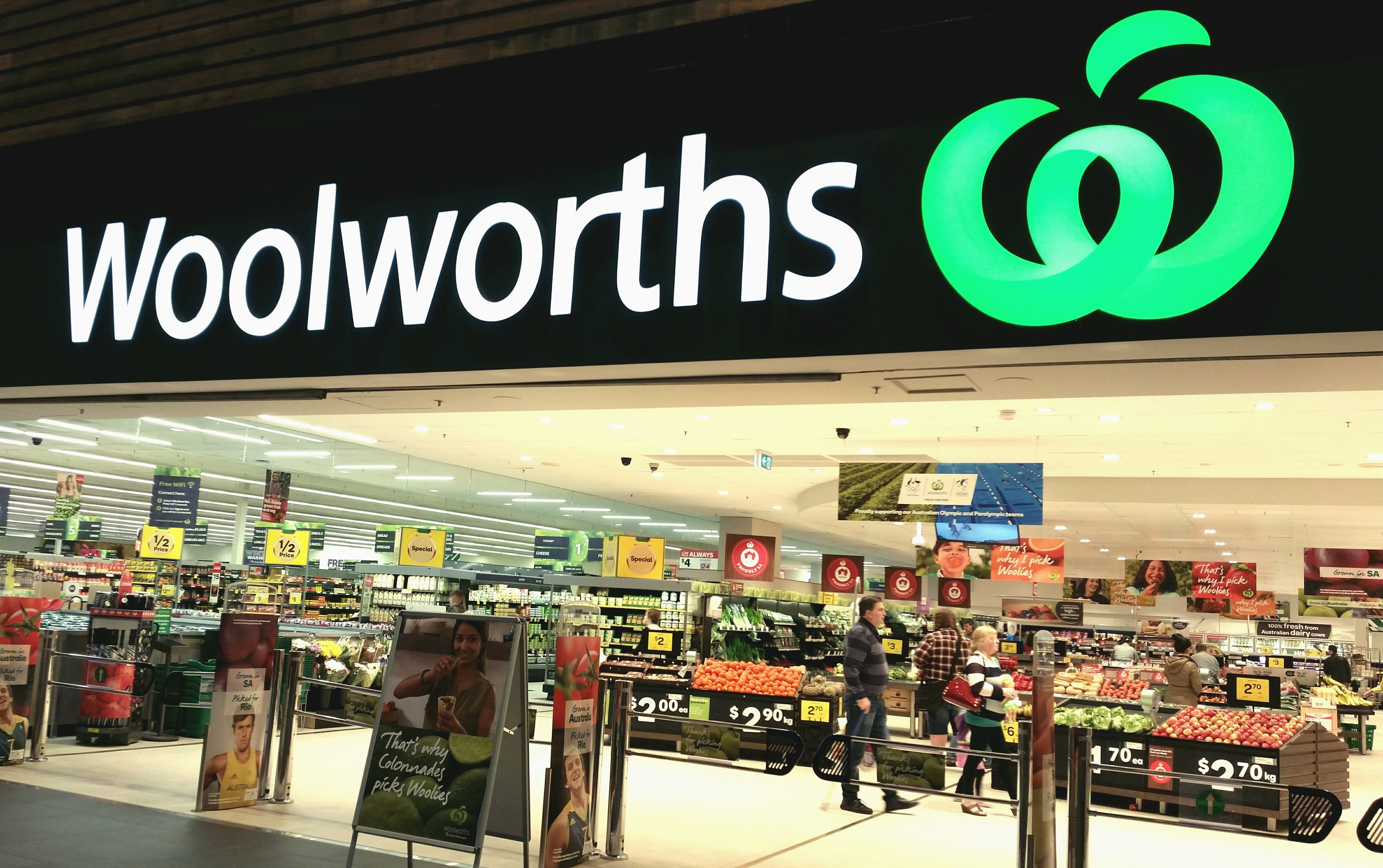Article image for Woolworths to offload bottle shops, pokies and pubs in radical reshape