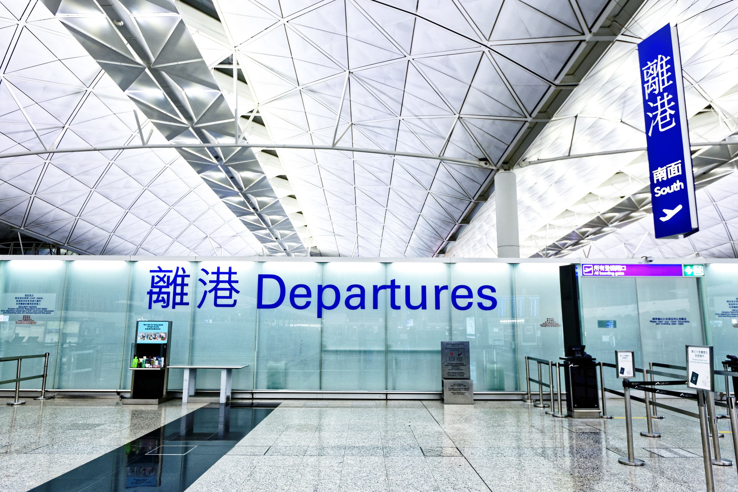 Article image for Protesters shut down Hong Kong airport