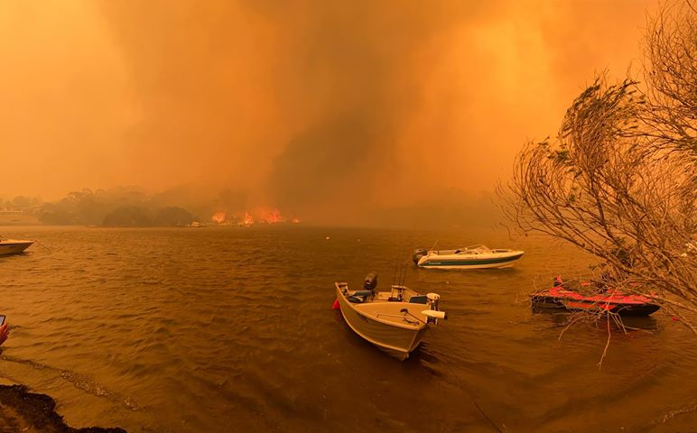 'We're all very scared': 4000 trapped on the beach at Mallacoota, four people missing as fires rage in Victoria's east