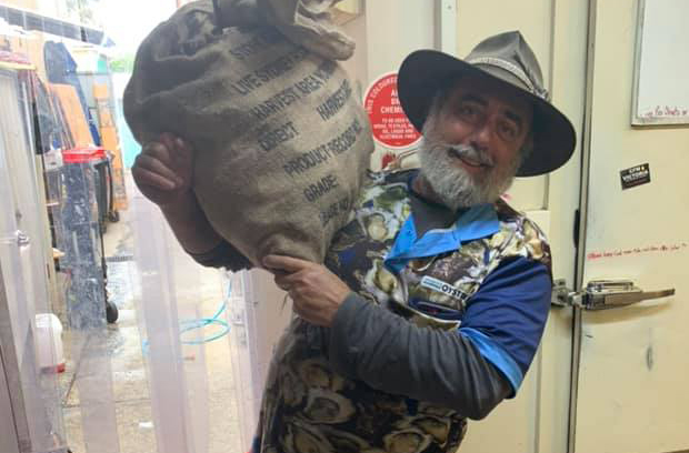 Hospitality industry rallies around 'The Oyster Bloke' during bushfire crisis