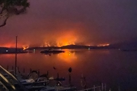 Article image for 'Still very dangerous': Military operation underway to rescue those stranded in Mallacoota as fires continue to burn