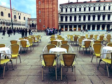 Article image for 'Distressing': Italian tourism mecca now a city of empty tables