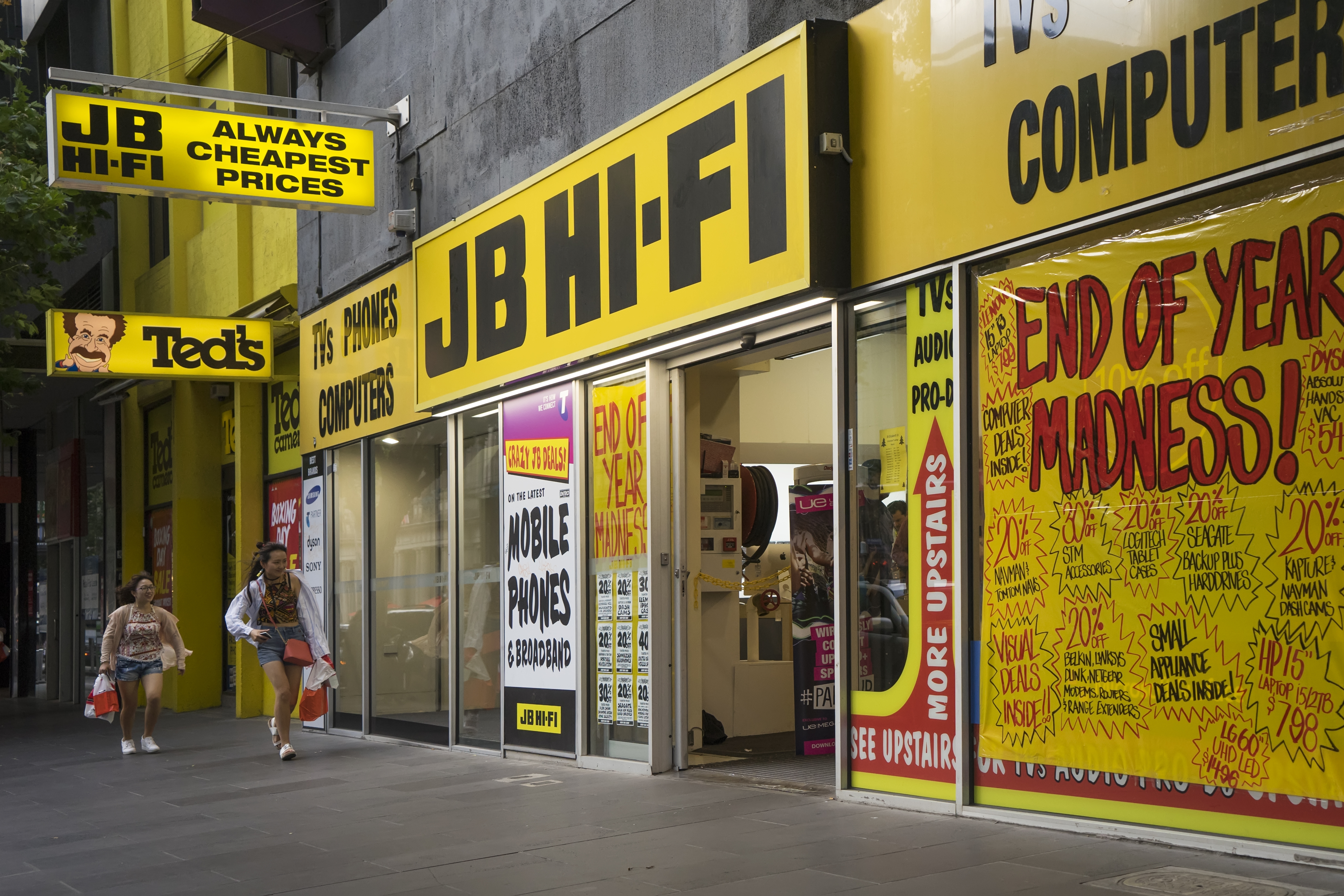 Article image for 'It's simply not safe': More than 850 JB Hi-Fi staff call for retailer to shut doors