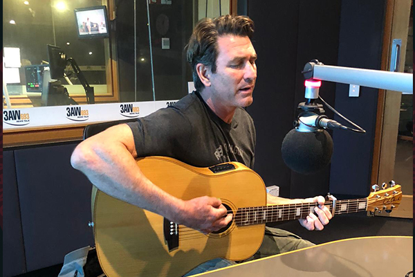 Article image for Pete Murray joins Dee Dee for a 'beautiful' performance, and to champion his industry