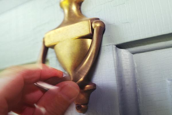 Man calls 3AW for help following disturbing door knock