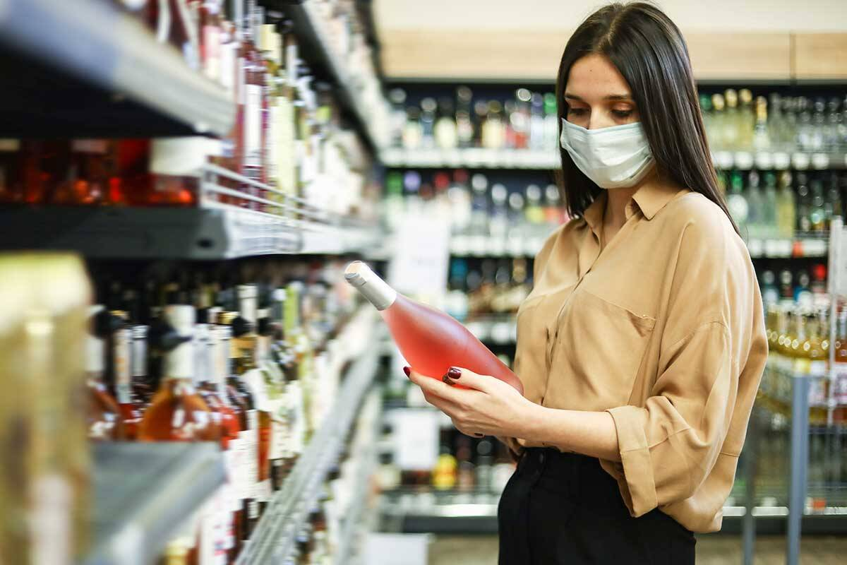 Article image for No changes to ban on removing facemasks to drink alcohol in public